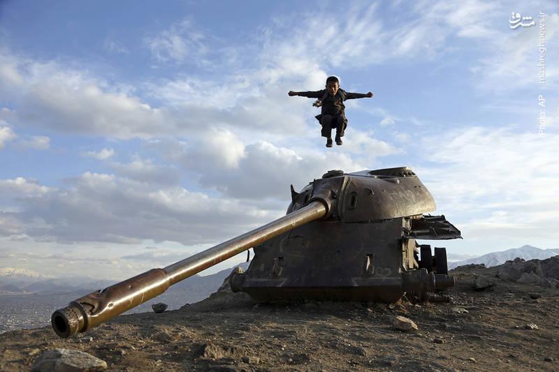 بازی کودک افغان بر تانک روسی در کابل