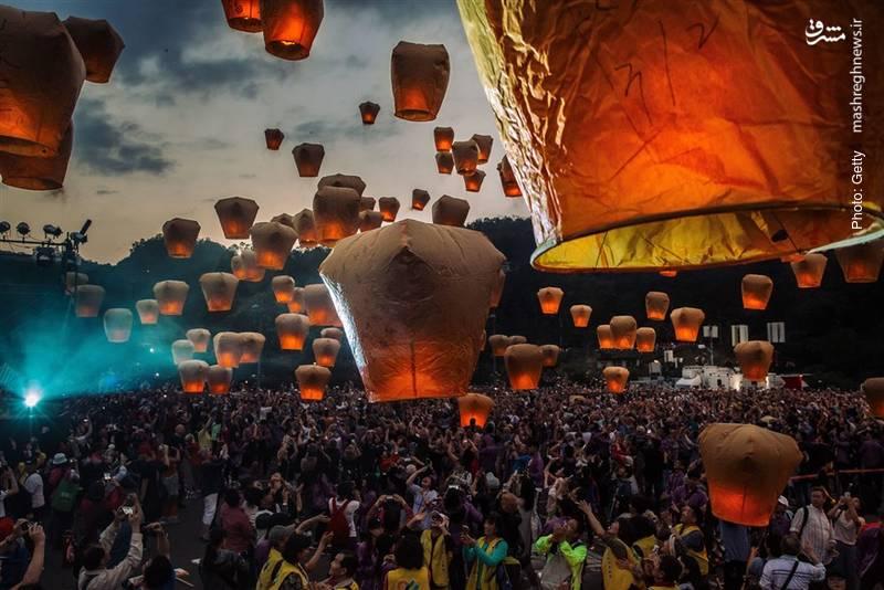 پرواز هزاران فانوس در آخرین روز از سال قمری چینی. تصویر مربوط به شهر پینگشی در تایوان است.