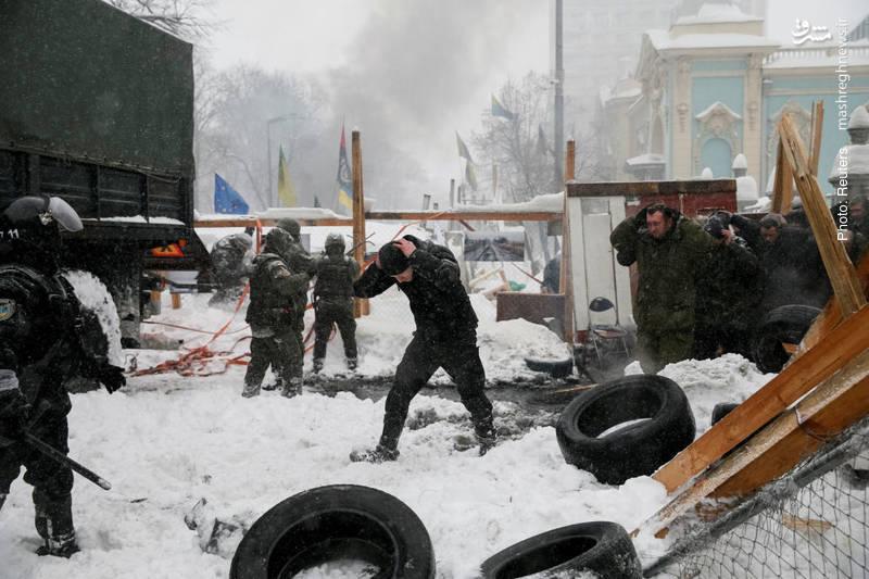 تخلیه اجباری کمپ معترضان در کنار پارلمان اوکراین