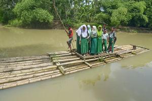 عکس/ بچههایی که با کَلَک به مدرسه میروند!
