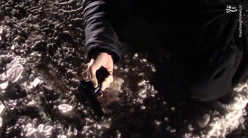 مقامات امنیتی توانستند سلاح و مقادیری نارنجک دستی و یک بمب دست ساز به وزن سه کیلوگرم از مهاجمان ضبط کنند.