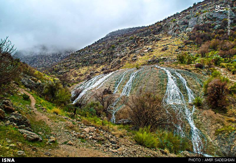 این آبشار در کوههای جنوبی شهر نی ریز قرار دارد و تا مرکز شهر ، کمتر از 10 کیلومتر فاصله دارد