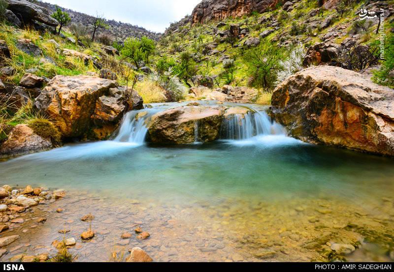 آب آبشار و چندین چشمه در نزدیکی آن پس از عبور از میان درختان انجیر به گورآب میریزد آبشار در حدود 115 متر ارتفاع دارد و آبشاری فصلی است.