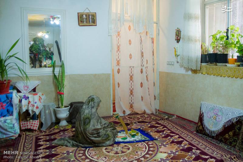 گاهی بر سر سجاده نماز می نشیند و برای علی دعا میکند.