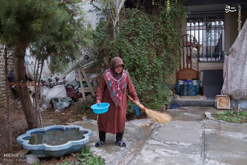 روزی چندبار حیاط را آب و جارو میکند تا وقتی که علی می آید، خانه تمیز باشد.