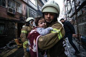 عکس/ نجات نوزاد توسط آتشنشان از محل انفجار گاز