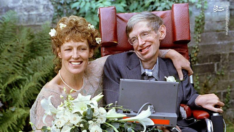 در سال  1965 ازدواج کرده و در شرایطی که علائم بیماری به طور کامل در وی ظاهر شده و راه رفتن بدون کمک عصا برای وی امکان پذیر نبود، دوره دکترای خود را در دانشگاه کمبریج به پایان رسانده و فعالیت های علمی خود را گسترش داد.