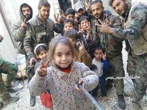 عکس/ سلفی رزمندگان سوری با کودکان غوطه شرقی