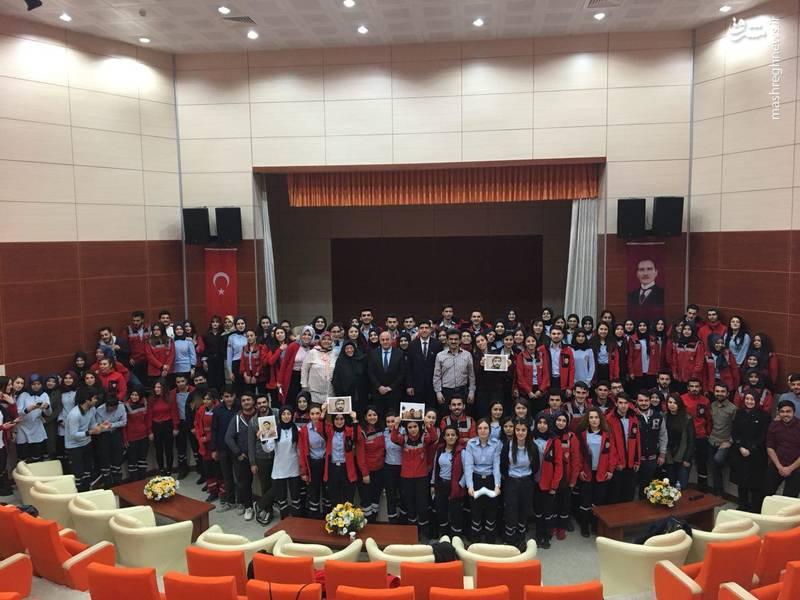 تصویر شهید حججی بر دستان دانشجویان ترکیه