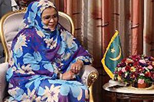 فیلم/ اقامه نماز توسط وزیر زنان موریتانی در راهروی سازمان ملل