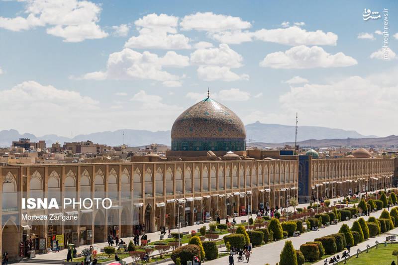 این بنا در مرکز شهر اصفهان و در کنار آثار باستانی دیگری همچون چهلستون، مسجد حکیم، باغ هشت بهشت و دیگر آثار قرار دارد.
