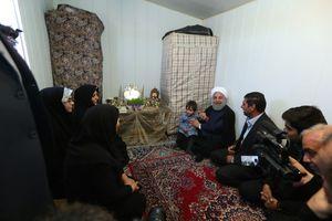 عکس/ حضور روحانی در کانکس زلزلهزدگان