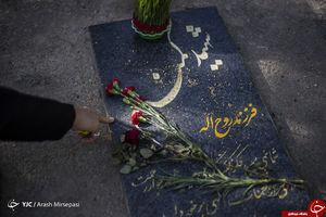 تلاش «فرینا» و دوستان برای صیقل سنگ مزار شهدا