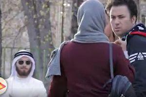 فیلم/ مزاحمت شیخ دُبینشین برای دختر ایرانی