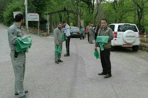 فیلم/ توزیع کیسه زباله بین گردشگران نوروزی