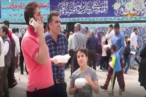 فیلم/ توزیع غذای متبرک امام هشتم (ع)در میان زائران