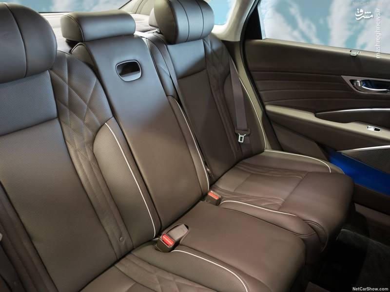 همچنین قسمتهای فلزی و ۴ تریم چوبی مختلف در کابین خودرو دیده میشود و امکان سفارش چرم ناپا نیز وجود خواهد داشت.