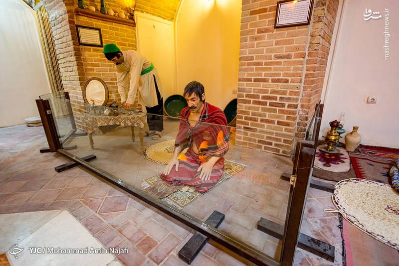در این حمام مانند سایر حمامهای تاریخی کشور، رگزنی رخ میداده که این مورد به شکل مجسمه در حمام کار شده است.