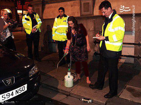 پلیس فرد خاطی را مجبور میکند محل ادرار خود را تمیز کند