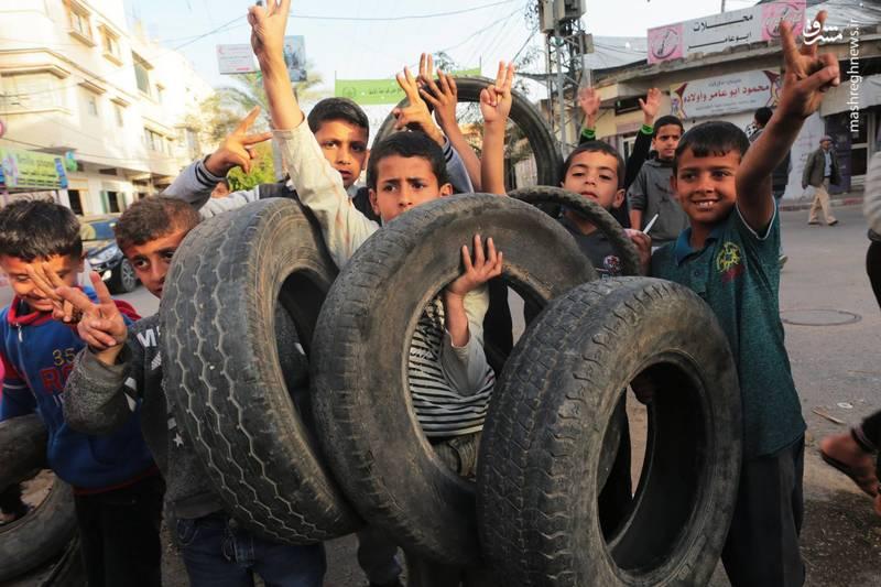 جوانان فلسطینی در دومین جمعه راهپیمایی بازگشت دهها حلقه لاستیک را در نوار مرزی باریکه غزه به آتش کشیدند تا اینگونه از دید و تیررس اشغالگران صهیونیست پنهان بمانند