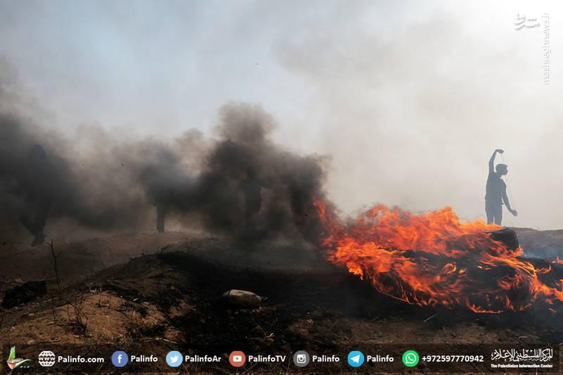 فلسطینیها برای جلوگیری از تیراندازی تک تیراندازان صهیونیست لاستیکهای زیادی را در مرز غزه به آتش کشیده اند.