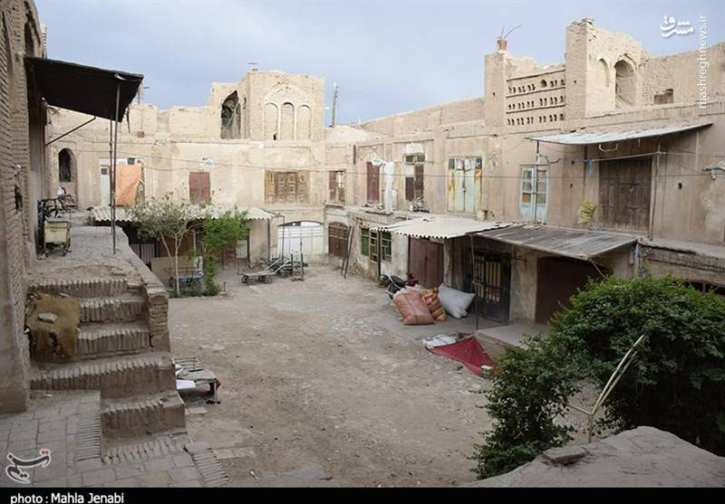 این كاروانسرا به دست مرحوم حاج سید جواد امام جمعه حدود سالهای 1150 هـ.ش ساخته شده و دو طبقه دارد.