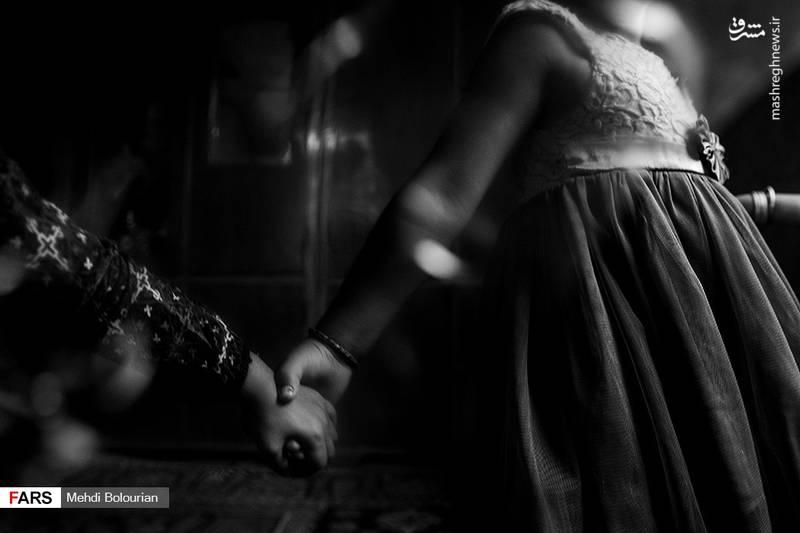 «آیسا» دختر اولشان با بیماری در ناحیه لگن دست و پنجه نرم کرده و با کمک پلاتین روزگار میگذراند.
