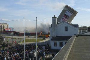 سقوط یک برج بر روی کتابخانه