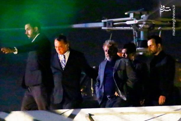 با وجود تجمع هواداران پرشور لولا داسیلوا، رییس جمهور سابق برزیل که از دیروز مقابل محل اقامت او سد انسانی ایجاد کرده بودند، سرانجام خود را تسلیم پلیس کرد.