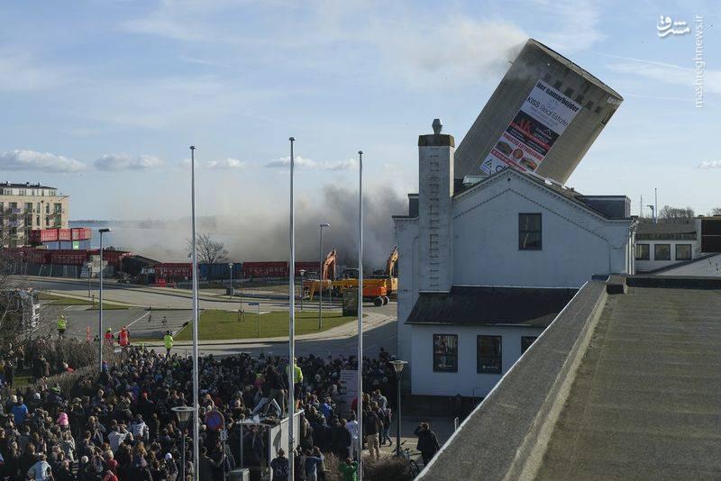 مهندسان ساختمان قدیمی برج را منفجر کردند اما بر خلاف برنامه ای که در نظر گرفته شده بود، برج روی ساختمان کتابخانه فرو ریخت.