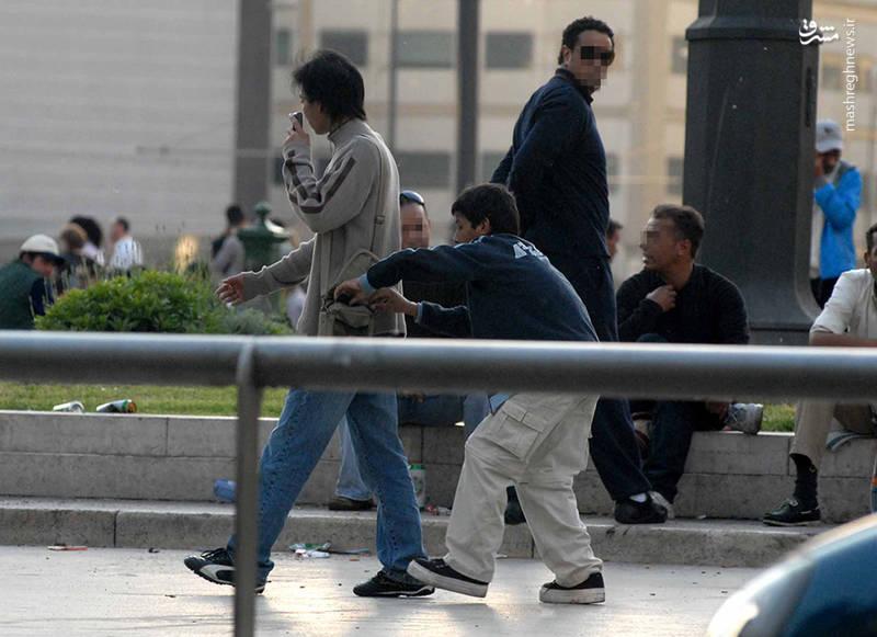 به دفعات مشاهده شده است که دزدان در جادهها کمین کردهاند و با دیدن گردشگرانی که به کمک احتیاج دارند جیب آنها را خالی کردهاند.