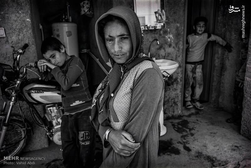 مهاجران، روستاییانی هستند که تاب زندگی در دورافتادهترین مناطق را از دست دادهاند و انگشتشمار خانوادههای باقیمانده در روستاها، تنها به دلیل نداشتن توان مالی یا علاقه به زادگاه با رنج زندگی دست و پنجه نرم میکنند
