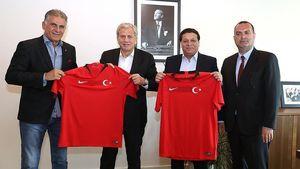 عکس یادگاری کیروش و ساکت با پیراهن ترکیه
