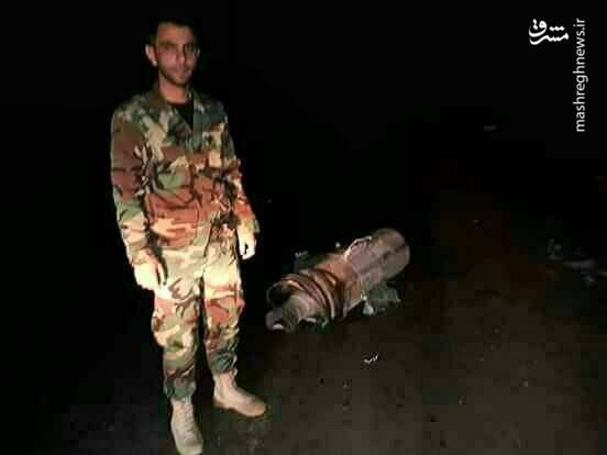 عکس یادگاری سرباز سوری با لاشه موشک منهدم شده آمریکایی