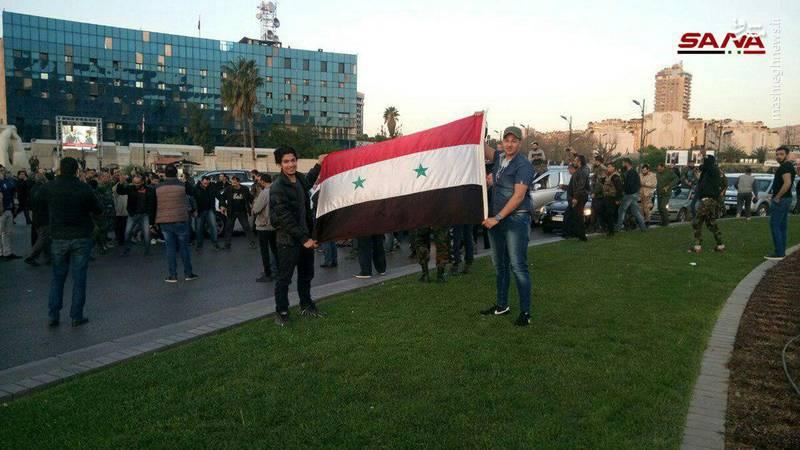 ساعاتی پس از تجاوز نظامی چند ملیتی غرب به سوریه، دهها نفر از ساکنان دمشق، پایتخت این کشور به خیابانها آمدند تا حمایتشان از دولت قانونی «بشار اسد» را به نمایش بگذارند.