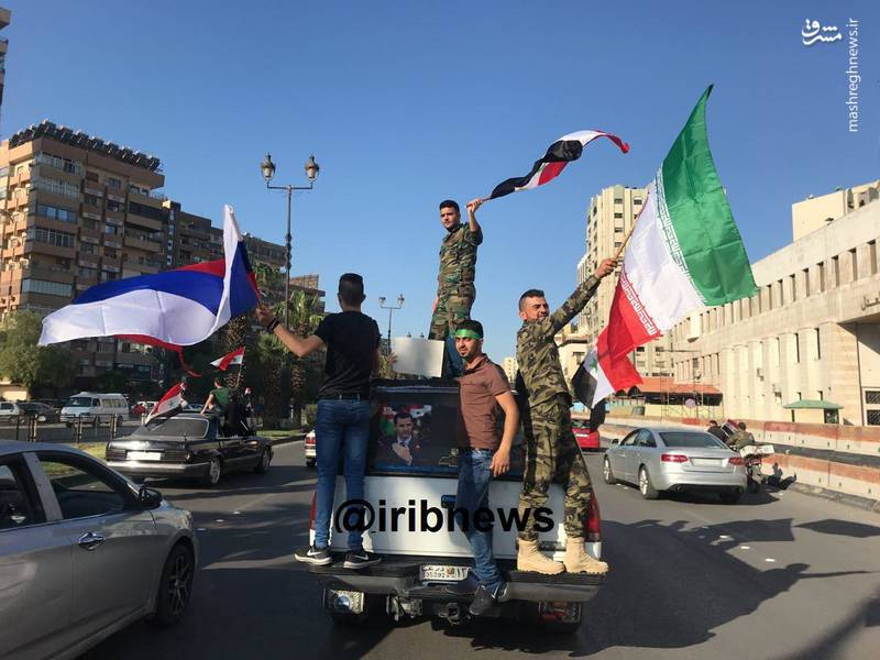 شادی مردم دمشق با پرچم ایران، روسیه و سوریه