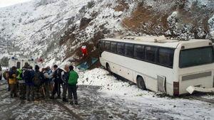 عکس/ حادثه برای اتوبوس مسافربری در گردنه حیران