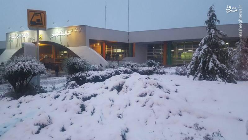 بارش برف بهاری در گوهردشت کرج - از ساعت ۳ صبح امروز و همزمان با بارش برف برق این منطقه قطع شده است و تا به الان اقدامی برای وصل آن نشده است!
