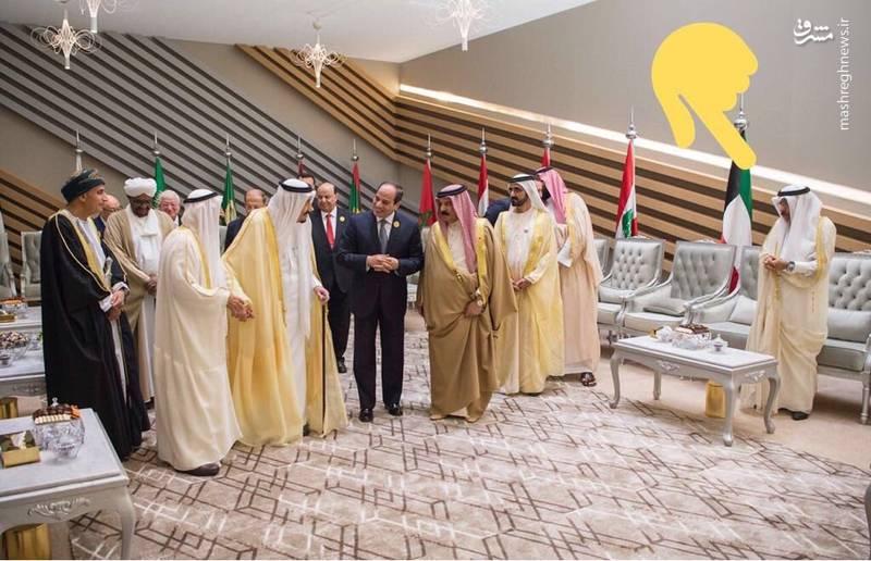 این رفتار توهین آمیز سعودیها با نماینده قطر با واکنش منفی فعالان عرب در فضای مجازی روبرو شده و آنها این رفتار را حتی بدتر از رفتار دوران جاهلیت توصیف و تاکید کردهاند آل سعود بویی از  اخلاق و جوانمردی نبرده و روی جاهلیت را سفید کردهاند.