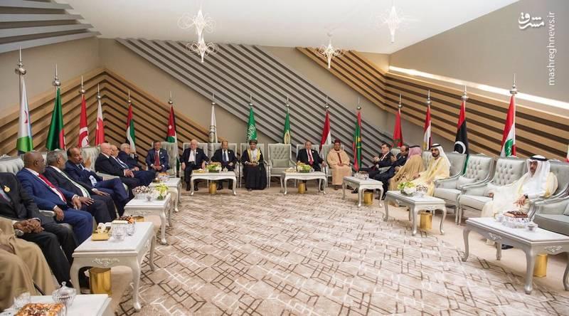 در تصویر مربوطه صندلی نماینده قطر در نشست سران عرب که در ظهران عربستان برگزار شد،با فاصله نسبتا زیاد از حاکم دبی قرار گرفته است.