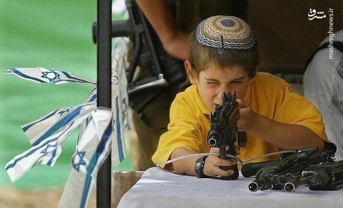 صهیونیستها کودکان خود را به طور هدفمند با تجهیزات جنگی آشنا می کنند تا آنها در آینده به حضور در ارتش رژیم صهیونیستی و قتل فلسطینی ها ترغیب شوند.
