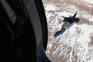 عکس/ نمایش هوایی چتربازان سپاه در آستانه 22بهمن