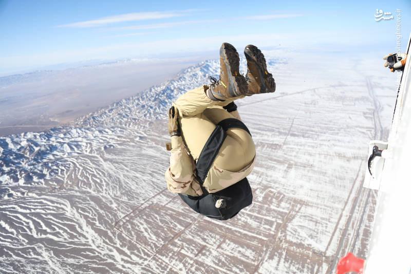 نمایش هوایی چتربازان سپاه در آستانه 22بهمن