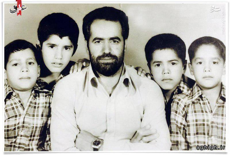 حاج محمود کریمی (نفر دوم از راست ) در کنار پدر و برادر شهیدش