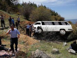 عکس/ سقوط مرگبار مینیبوس دانشجویان در دامغان