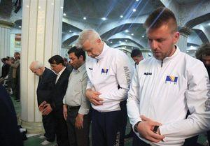 عکس/ اعضای تیم والیبال نشسته بوسنی در نمازجمعه تبریز