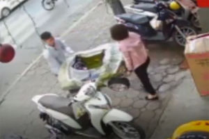 فیلم/ برخورد زن موتورسوار با یک عابر!