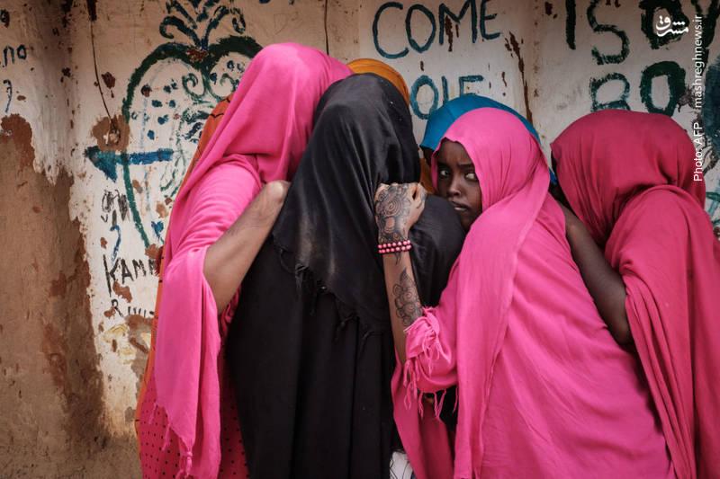 زنان سومالی در اردوگاه مهاجران در شمال شرق کنیا که از جنگ و خشکسالی به آن پناه آوردهاند. این اردوگاه از دهه 1990 میلادی به تدریج ساخته و توسعه یافته و اکنون دومین اردوگاه مهاجران در جهان از نظر جمعیت است.