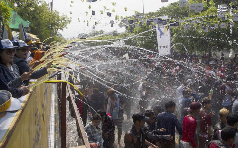 جشنواره آب در جشن سال نو بنگالی که این روزها در چند کشور آسیای جنوبی و جنوب شرقی در حال برگزاری است.