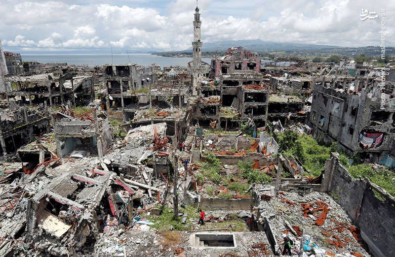تخریب عجیب شهر مراوی در پی درگیری های ارتش فیلیپین و شبهنظامیان تندرو. در فیلیپین، شعارهای اسلامی بهانهای برای جداییطلبی شده بود و با اینکه سه-چهار سال پیش همه اخبار از آشتی قریبالوقوع دولت با شبهنظامیان پس از سالها مذاکره حکایت داشت، ناگهان درگیریها اوج گرفت. اکنون دولت پس از جستجوی خانهبهخانه به مردم اجازه داده به خانههایشان بازگردند.